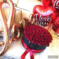 Exclusive Roses® 100 szál ,10 szív Lufi & 1 szál ÖRÖK RÓZSA a Közepén.