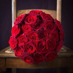 Rózsa csokor vörös 25 szálas kötésben